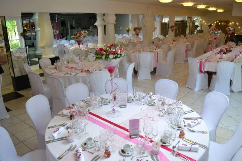 Salle Fleur de Lys rose lors d'un mariage