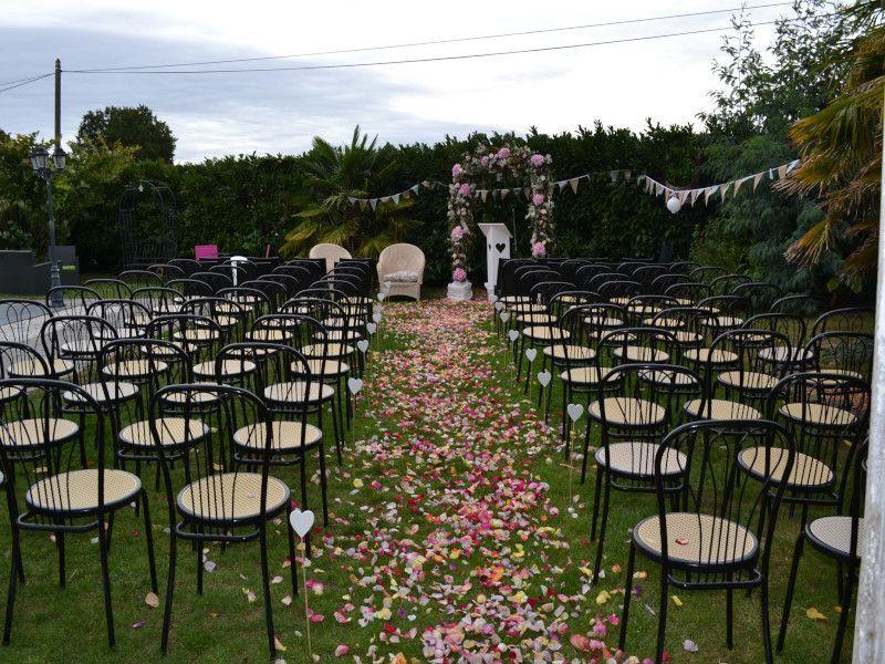 Célébration de mariage en extérieur pétales de roses